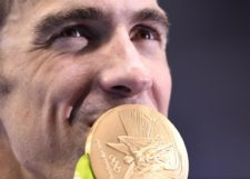phelps587857874-usas-michael-phelps-kisses-his-gold-medal-on-the-podium.jpg.CROP.promo-xlarge2